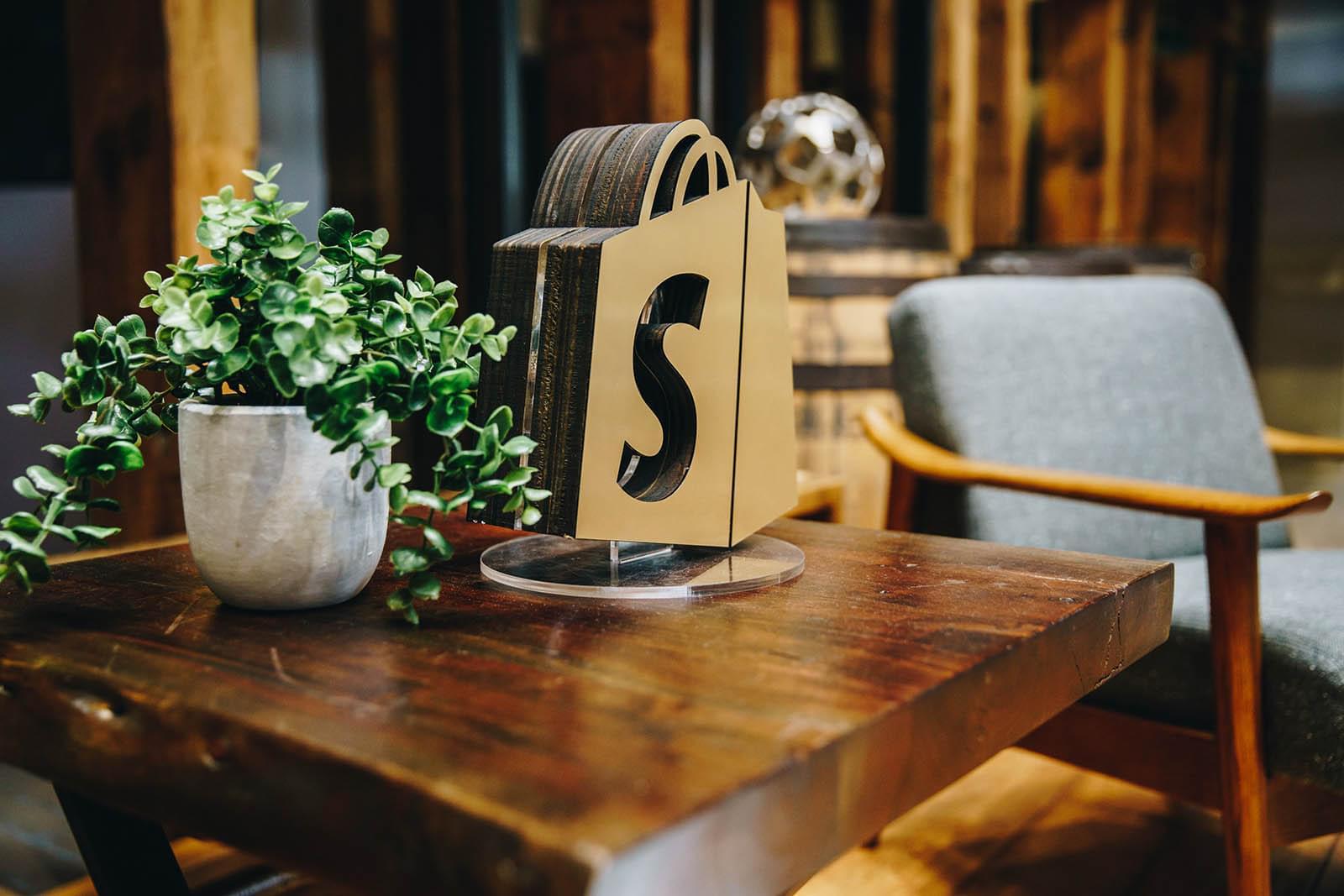 """Von """"Shopify, was ist das?"""" zu einer der führenden E-commerce-Plattformen: Die Shopify Story"""